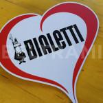 BIALETTI – Cartonato a forma di cuore tagliato a laser e decorato con adesivo lunga durata.