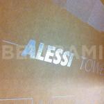 """ALESSI – Particolare sul logo in rilievo argento realizzato con stampa diretta UV-LED per confezionamento linea """"Progiotti"""" in scatole avana fustellate e assemblate."""