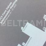 KIA – Risultato finale della stampa diretta UV-LED a colori e bianco in rilievo su cartoncino naturale grigio.